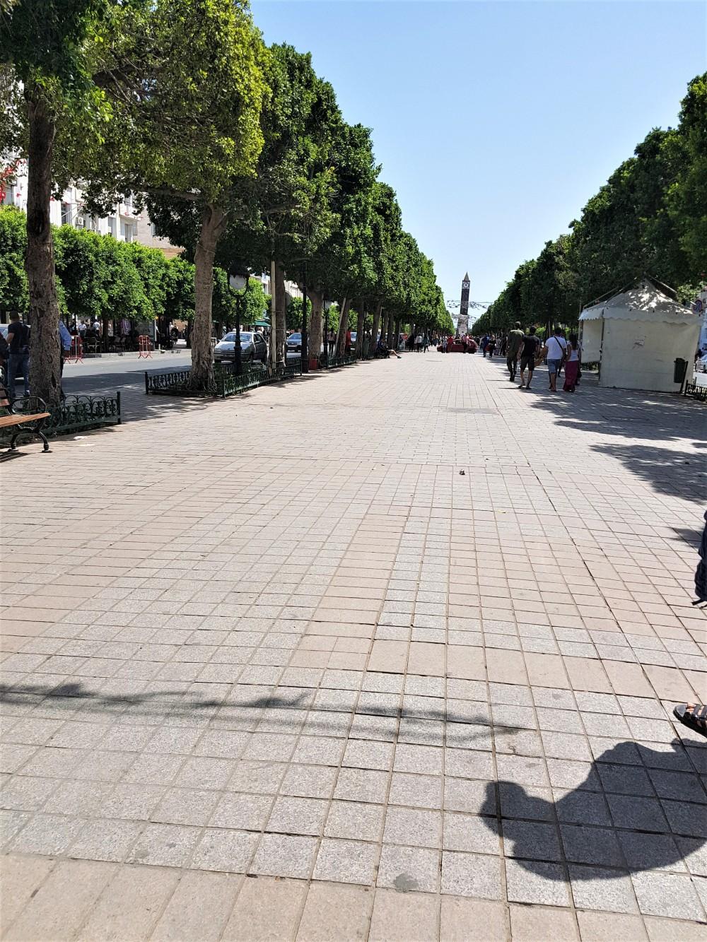 rue-tunis-horloge